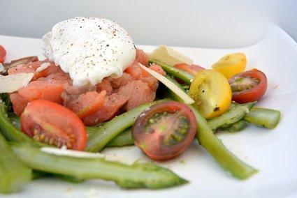 Recette de salade aux asperges croquantes, tartare de saumon et ...