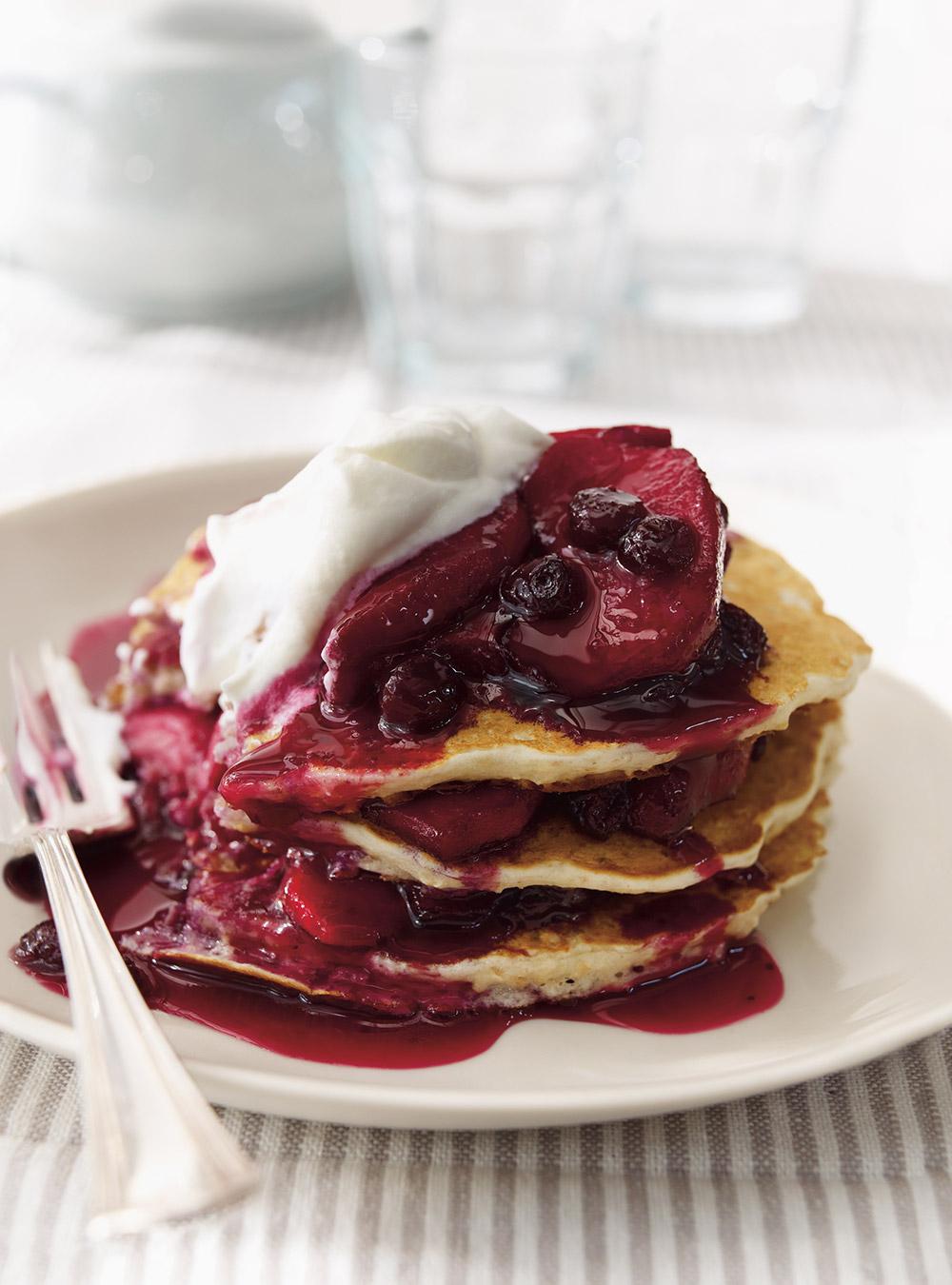 Pancakes au gruau, sauce aux bleuets et aux pommes | ricardo
