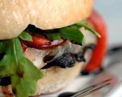 Recette burger veggie aux champignons noirs, roquette et tomates ...