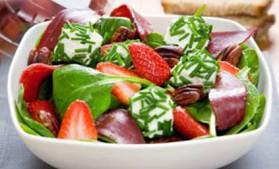 Salade printanière au chèvre frais, pousses d'épinards et fraises du ...