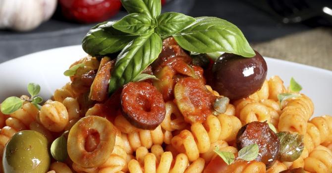 Recette de salade de pâtes froides aux olives et salami