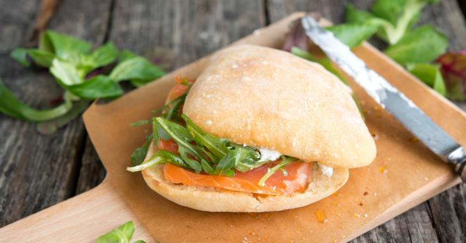 Recette de sandwich léger vite fait de saumon fumé, épinards et ...