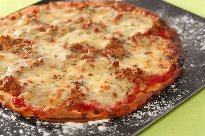 Recette de pizza au thon et à la mozzarella facile et rapide