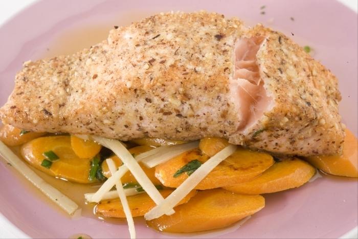 Recette de saumon pané en croûte de noisette, carottes au ...