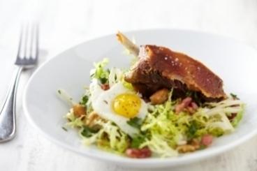 Recette de cuisse de canard confite, salade paysanne et oeuf de ...