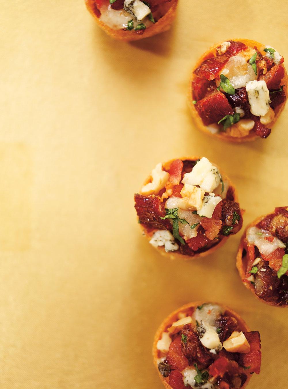 Coupelles au bacon, aux dattes et au fromage bleu | ricardo