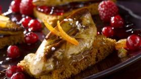 Le foie gras poêlé sur tranche de pain d'épices et fruits rouges pour ...