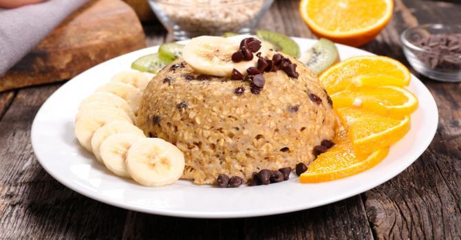 Bowl cake aux flocons d'avoine, à la banane et aux pépites de ...