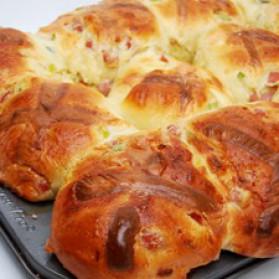 Brioches de carême au jambon, aux oignons verts et au fromage ...