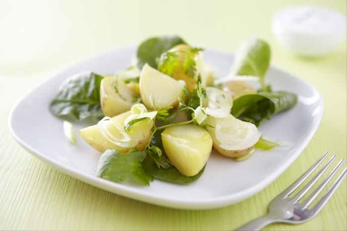 Recette de salade de pommes de terre printanière, sauce au yaourt ...