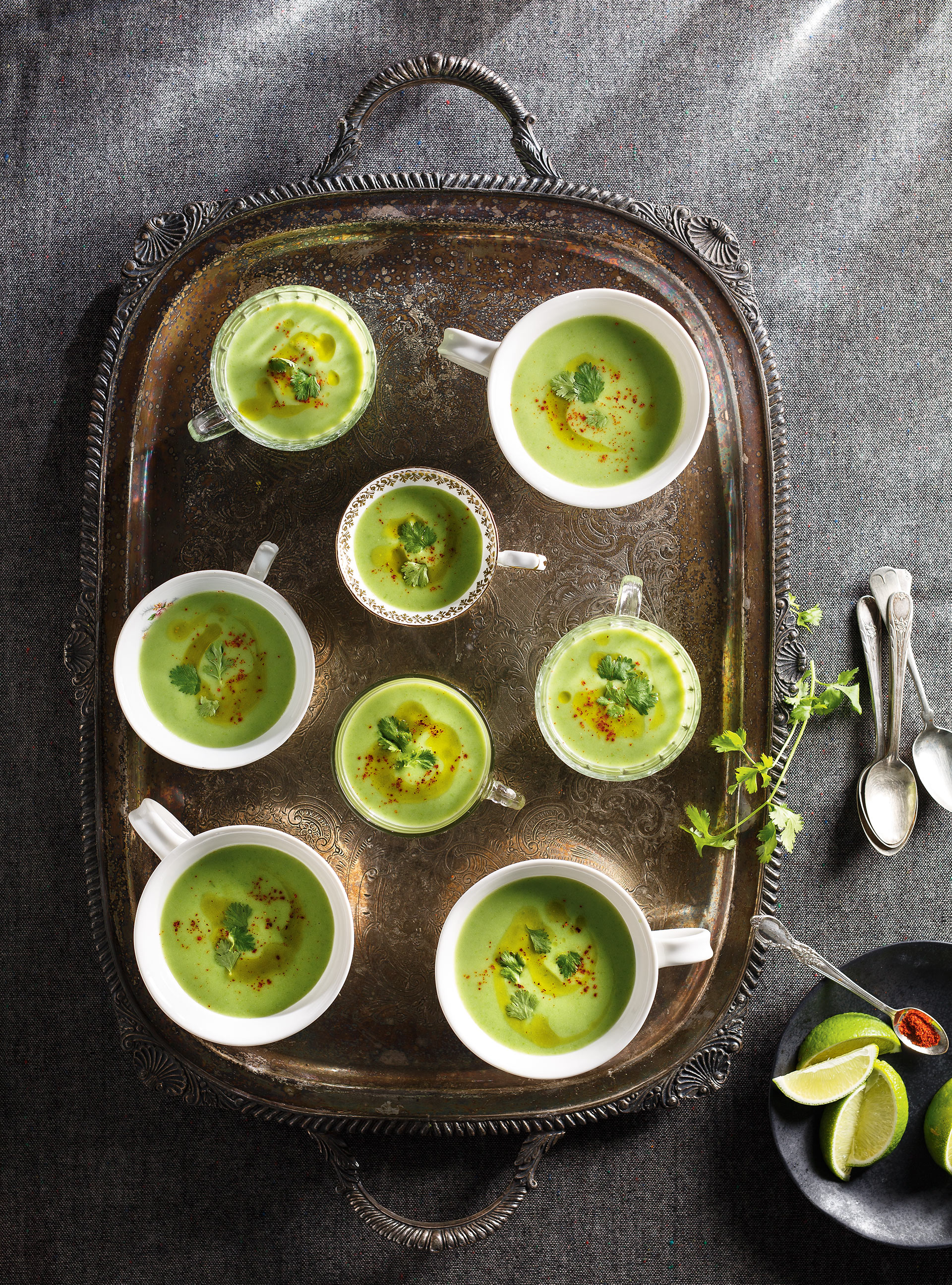Crème de petits pois, huile au pesto, coriandre et lime | ricardo