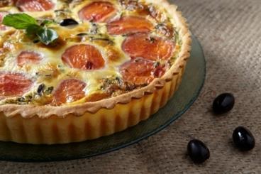 Recette de quiche tomate, basilic et olives noires facile et rapide