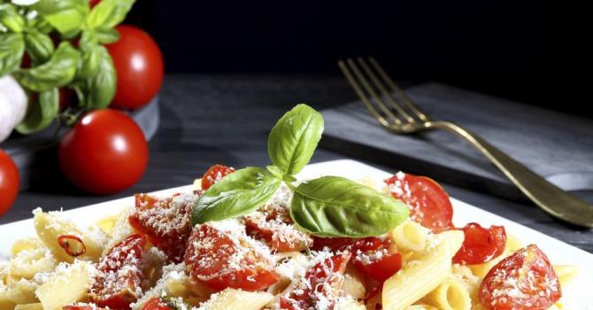Recette de pâtes à la sauce tomate, mozzarelle, parmesan et ...