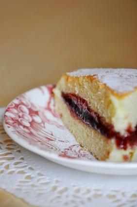 Recette de gâteau léger et moelleux, garni de confiture de framboise