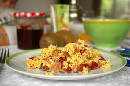 Recette oeuf brouillé aux tomates séchées et jambon fumé