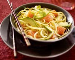 Recette salade de nouilles tièdes au saumon et avocat