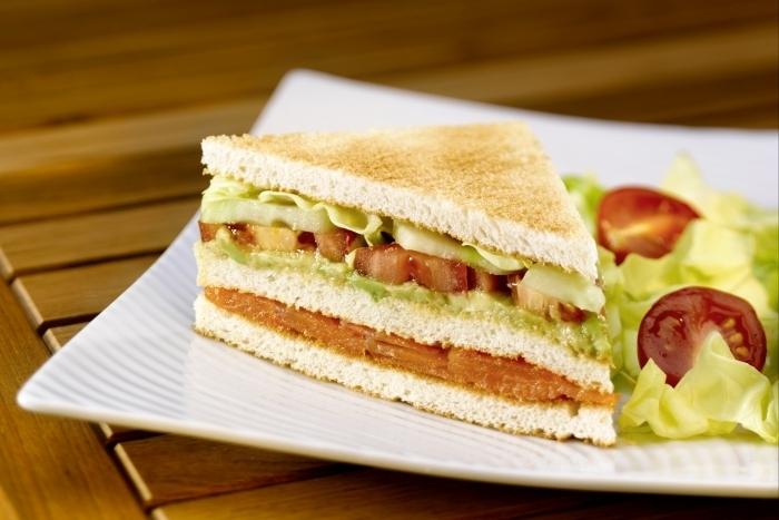 Recette de club sandwich saumon fumé, tomate, avocat facile et ...