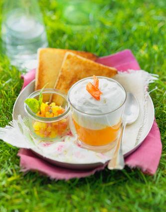 Verrines de soupe froide de tomate et poivrons jaunes, chantilly au ...