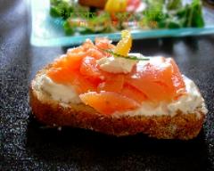 Recette bruschette au saumon fumé, fromage frais et mâche