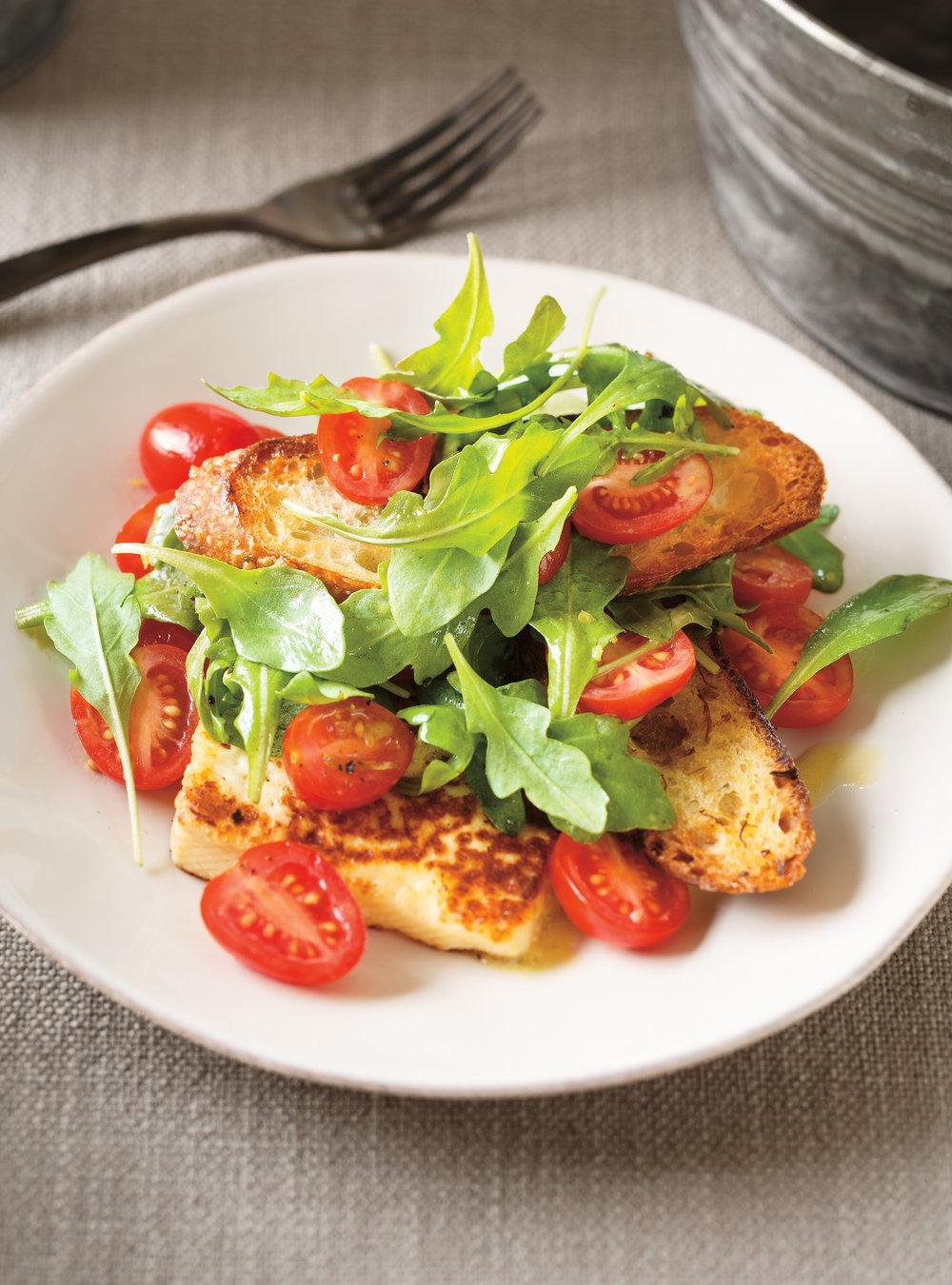 Entrée de tomates au fromage grillé à la fleur d'ail | ricardo