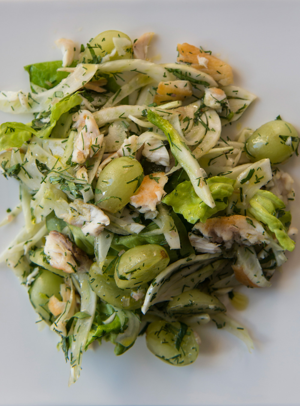 Salade tiède de fenouil, de raisins et de poisson | ricardo