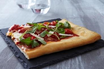 Recette de pizza aux légumes confits, roquette et parmesan rapide