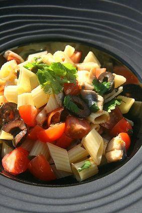 Recette de salade de penne, olives noires, anchois marinés