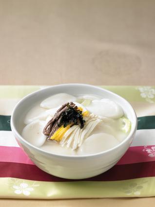 Recette de tteokguk, soupe coréenne au boeuf et au riz