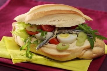 Recette de pan-bagnat légumes, oeufs de caille et anchois rapide
