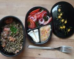 Recette bento de salades mixtes, fromage et compote pomme pêche