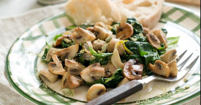 Recette de salade minceur de champignons aux épinards