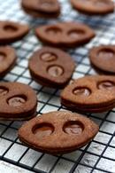 Recette de biscuits lunettes au chocolat fourrés à la pâte à tartiner ...