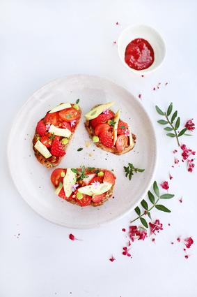 Recette de crostini de fraises, avocat et tomates cerises