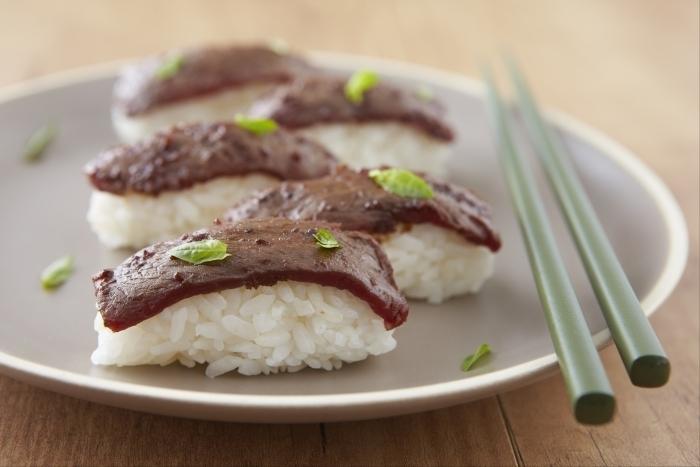 Recette de sushi grillé de boeuf mariné à la sauce gingembre facile ...