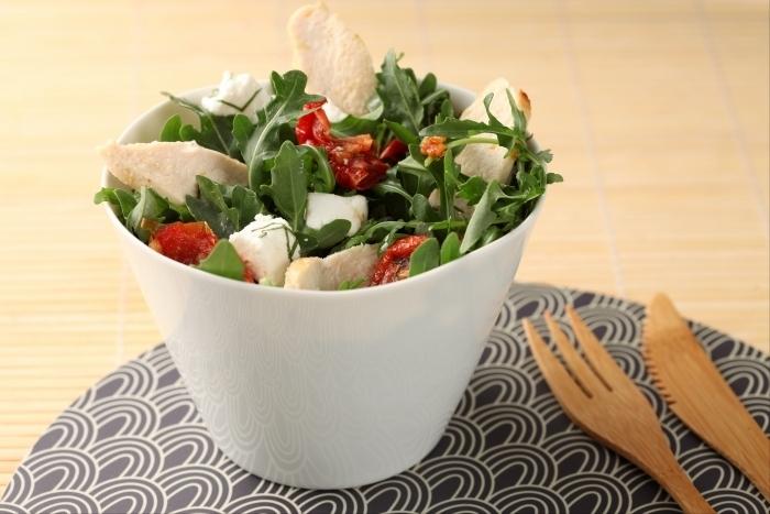 Recette de salade de roquette au poulet et chèvre frais aux arômes ...