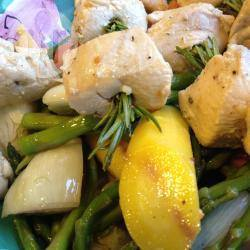 Recette brochettes de poulet au romarin sur petits légumes d'été ...