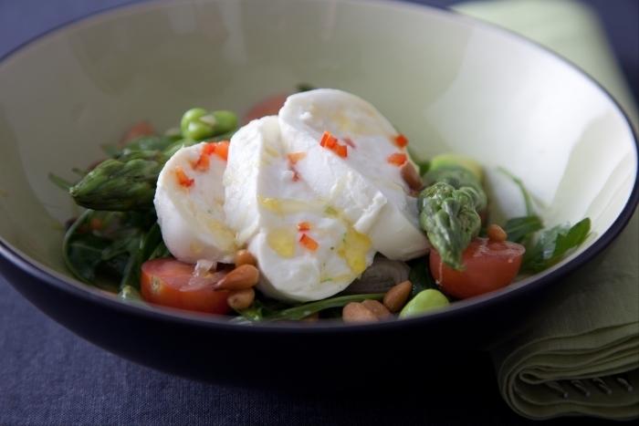 Recette de salade de mozzarella pimentée, roquette, asperges et ...