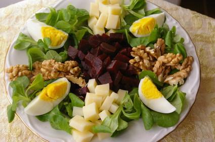 Recette de salade de mâche, betterave, gruyère, noix et oeufs