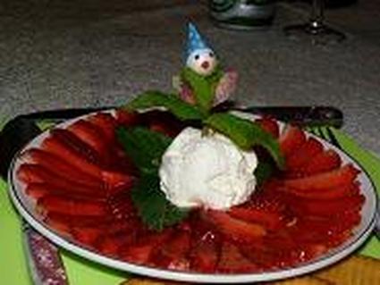 Recette de carpaccio de fraises et glace au nougat et menthe