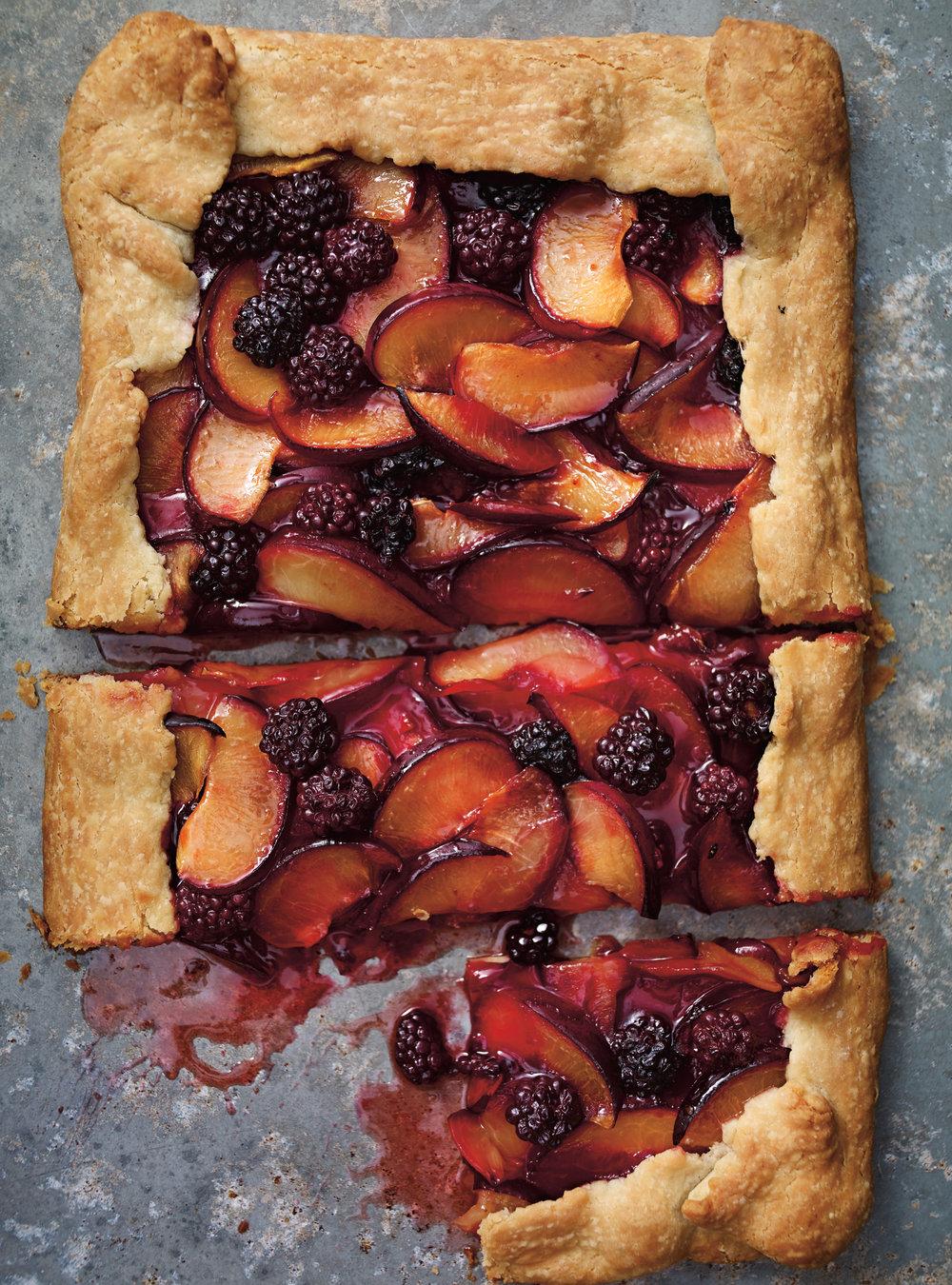 Tarte rustique aux prunes et aux mûres | ricardo