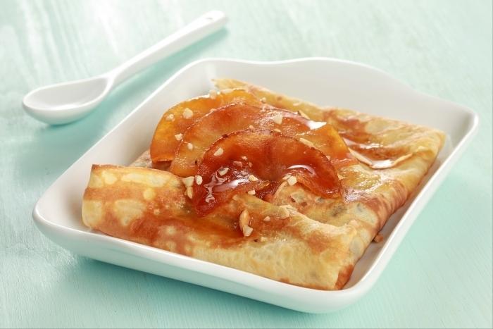Recette de crêpes aux pommes caramélisées et amandes hachées ...