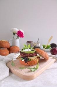 Recette de burger végétarien rose, betteraves, haricots rouges et ...