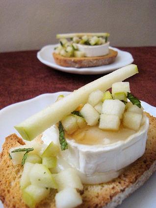 Recette de tartine de chèvre chaud, miel, pomme granny, menthe ...