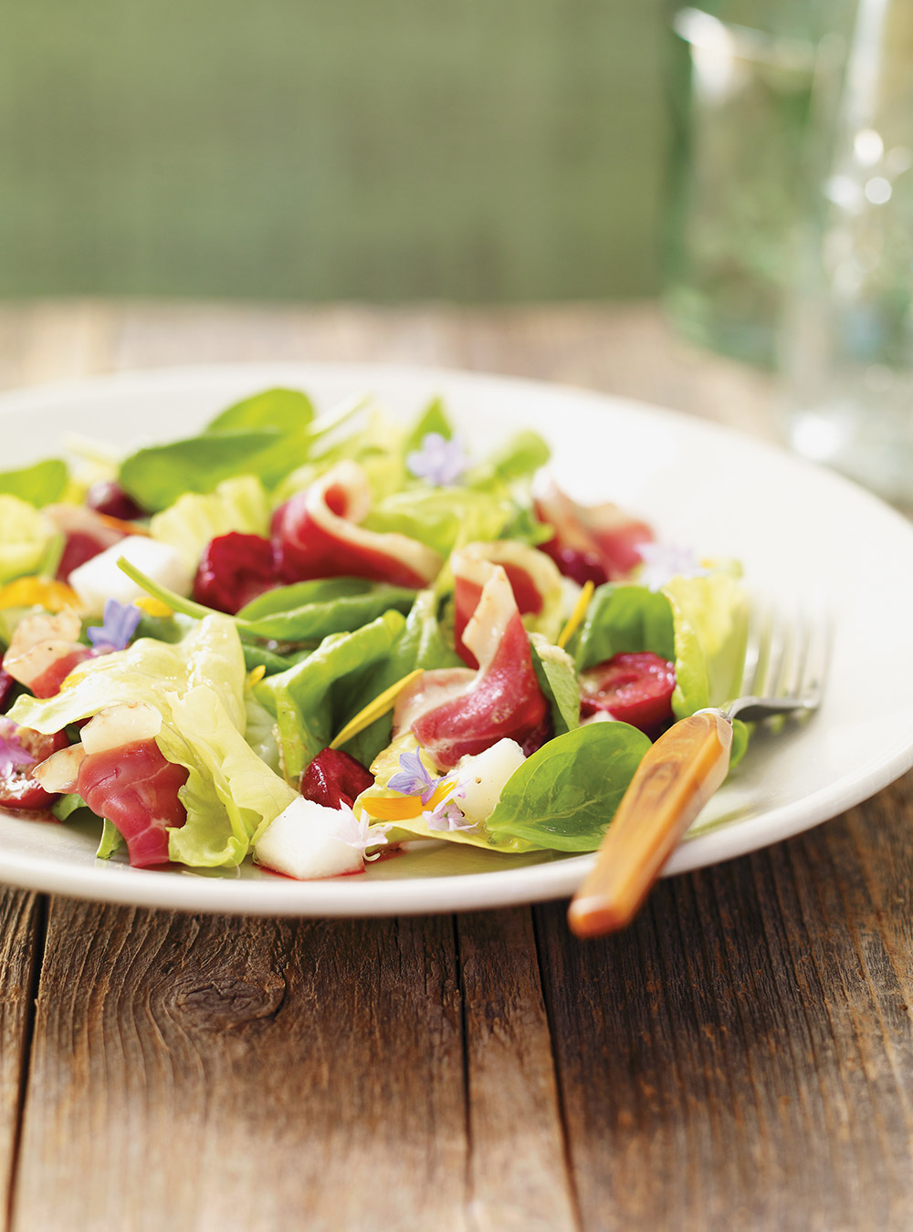 Salade tendre au canard fumé et aux cerises | ricardo