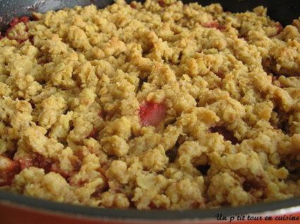 Recette de crumble aux fraises, pêches et flocons d'avoine