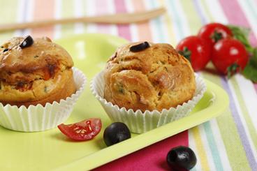 Recette de muffins aux tomates confites, olives et basilic facile et ...