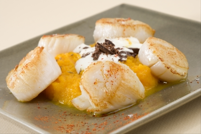 Recette de saint-jacques rôties, purée fine de carotte aux agrumes ...