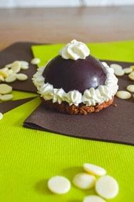 Recette de tartelettes dômes au chocolat blanc, noir et praliné