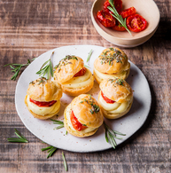Recette de mini choux à la raclette, tomates confites et romarin