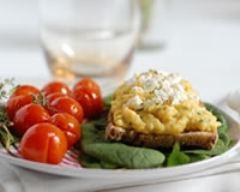 Recette tartine aux œufs brouillés, ciboulette, tomates cerises confites